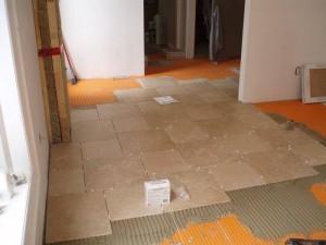 عملية العزل للاسطح في بناء طبقة الاسمنت والجبس الخاصة برص البلاط في شركة كشف تسربات المياه